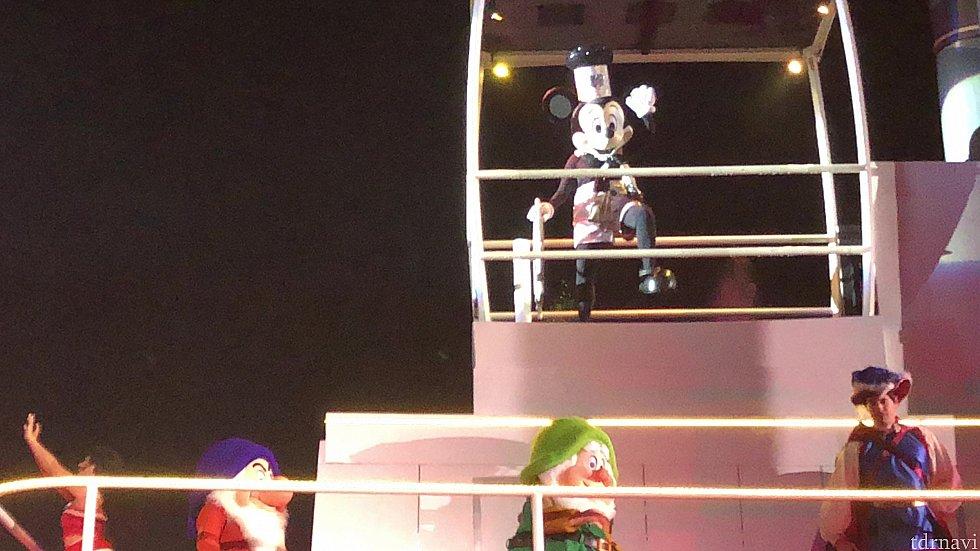 クライマックスでは蒸気船に乗ったミッキーが登場!