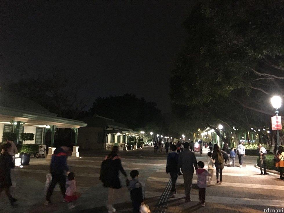 閉園直後はたくさんの人が歩いているので夜では安心です。