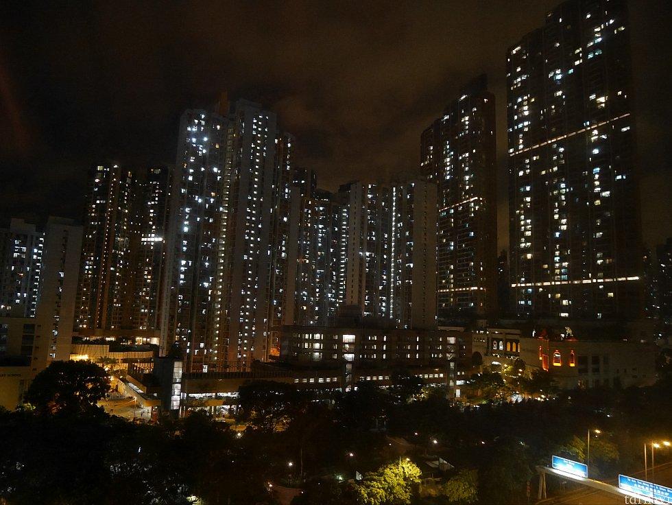 窓からの景色。ホテル横は大通りで、その奥には高層マンションが見えます。