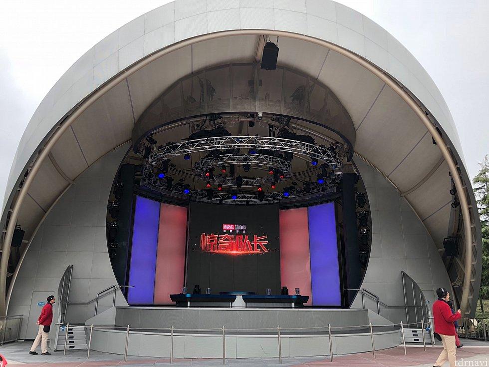 ステージ中央から登場、グリーティングは右側からロープの中に入って並びます。