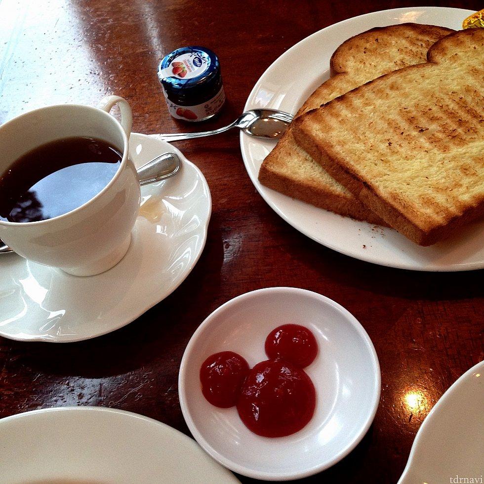 オムレツにはミッキーシェイプのケチャップが!トーストはブッフェにあります!