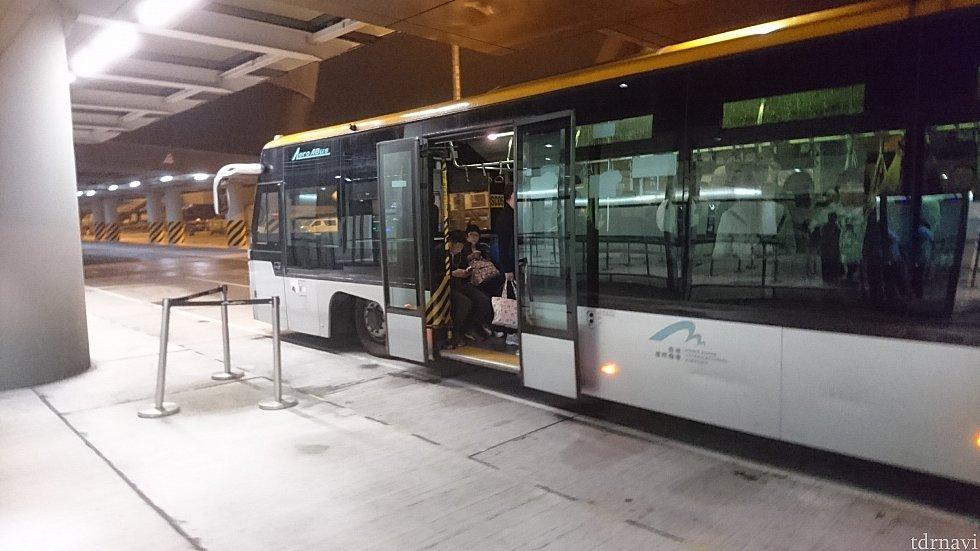 香港到着して入国審査のある所まではバスでの移動でした