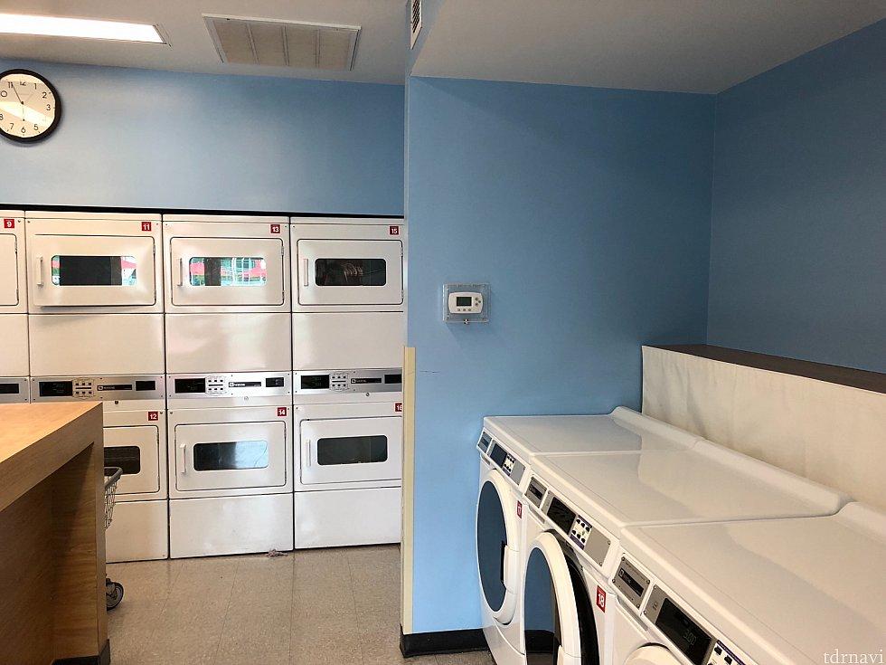 コインランドリーの中。 3ドルで洗濯機、同じく3ドルで乾燥機(60分)を利用できます。 決済はクレカ(デビットもOK)のみ。 JCBは使えないかも...