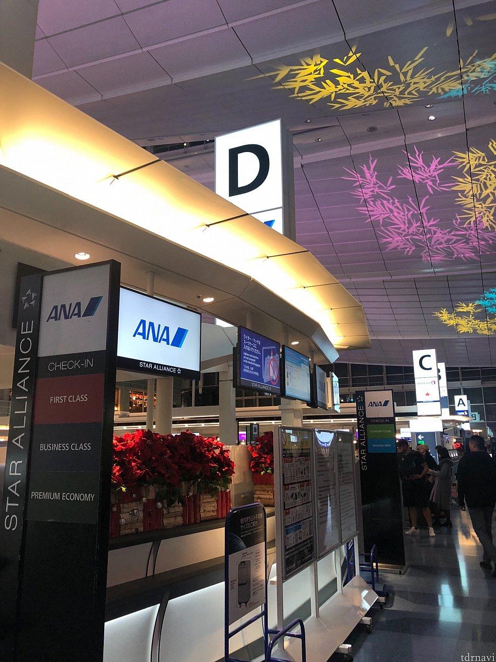 ANAカウターにて、モバイル搭乗券だと電池切れになった時の不安から紙の搭乗券を 出して貰います。
