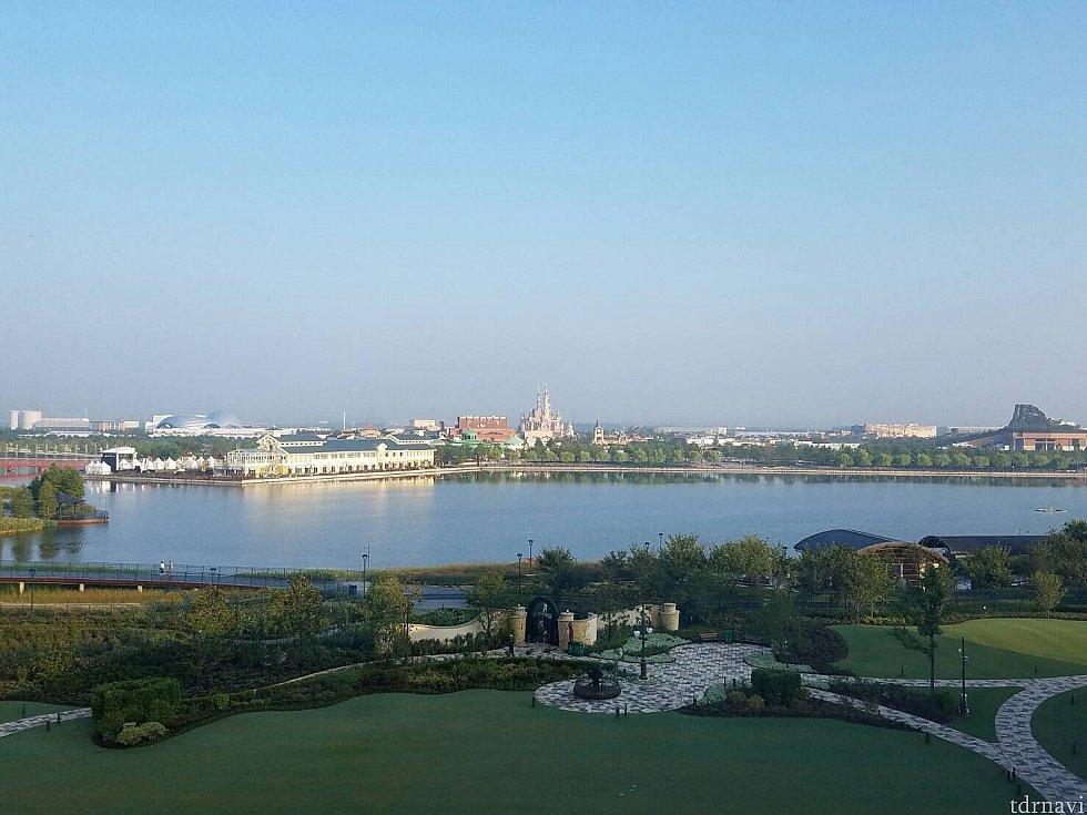 この景色を見ながら、朝食を食べられます。