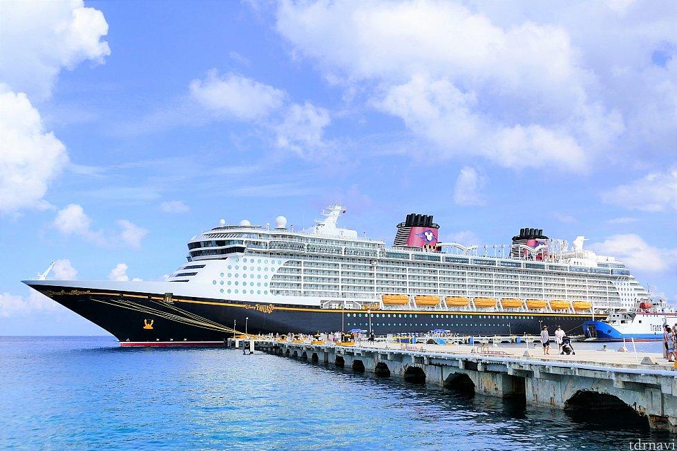港の建物のところまで来て振り返ると、ちょうどファンタジー号の全景が見渡せます♪