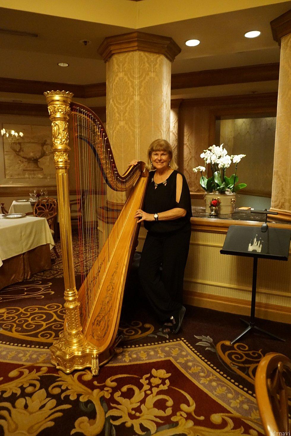 BGMは生のハープ演奏。本当にロマンティックな空間を作り出してくれました。