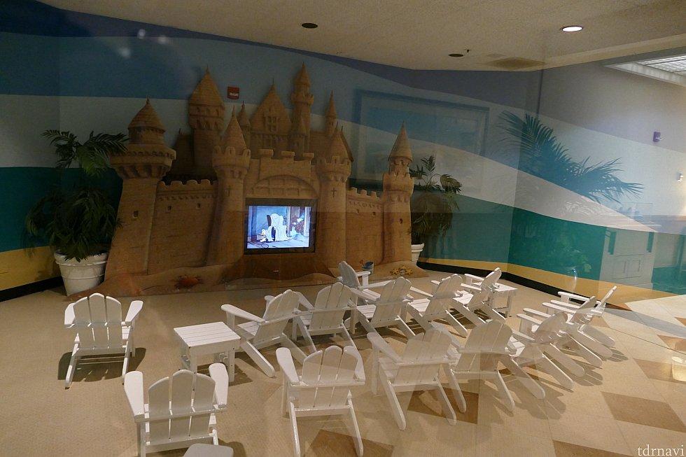 キッズ達のテレビエリアにではディズニー短編集がずっと放送されてます。砂のお城がかわいー!ちっちゃいビーチェアが可愛いすぎる!