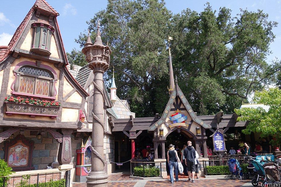 【外観1】左手にピノキオのお家、中央にはラプンツェルの塔(夜になると「魔法の花」の楽曲が流れ光ります!)