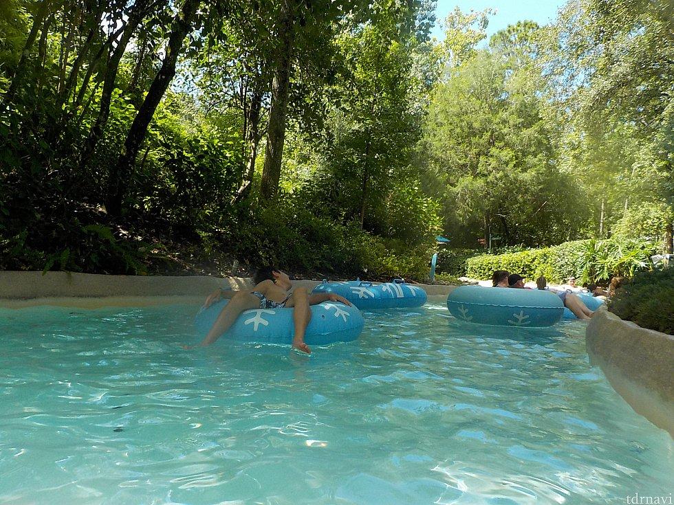 暑い日はプールが最高に気持ち良い。 パークで歩き疲れた足がじわじわ癒されて行く気がする~。