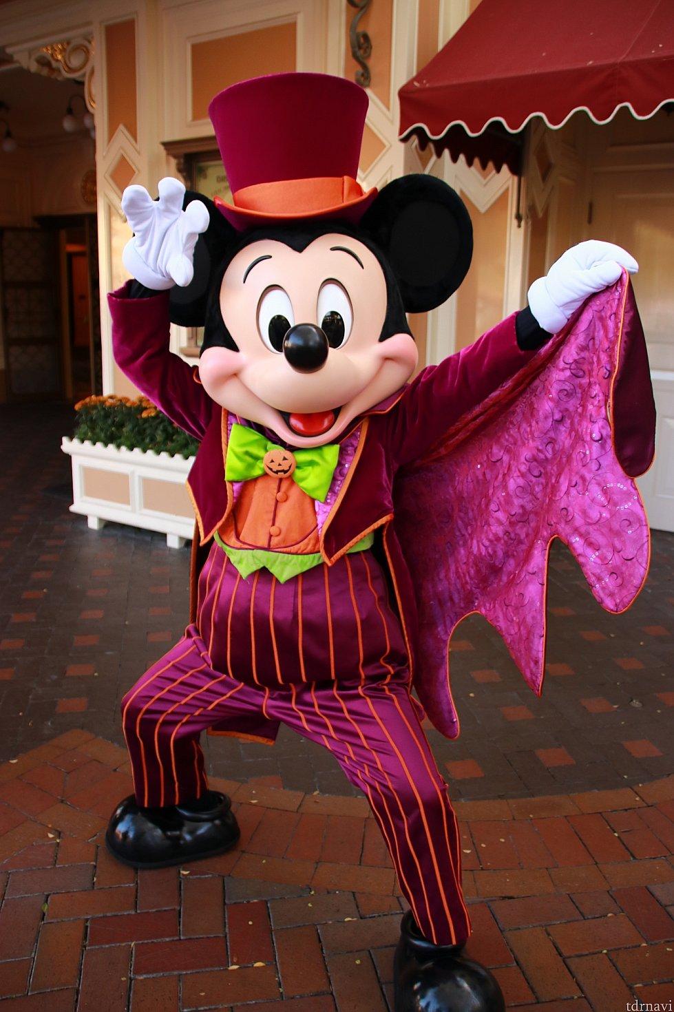 通常ハロウィンのミッキー。エントランスで会えます。15時にインすれば会えます!恐らくパレード後(15時30分)以降はトゥーンタウンに向かった方がいいかも!