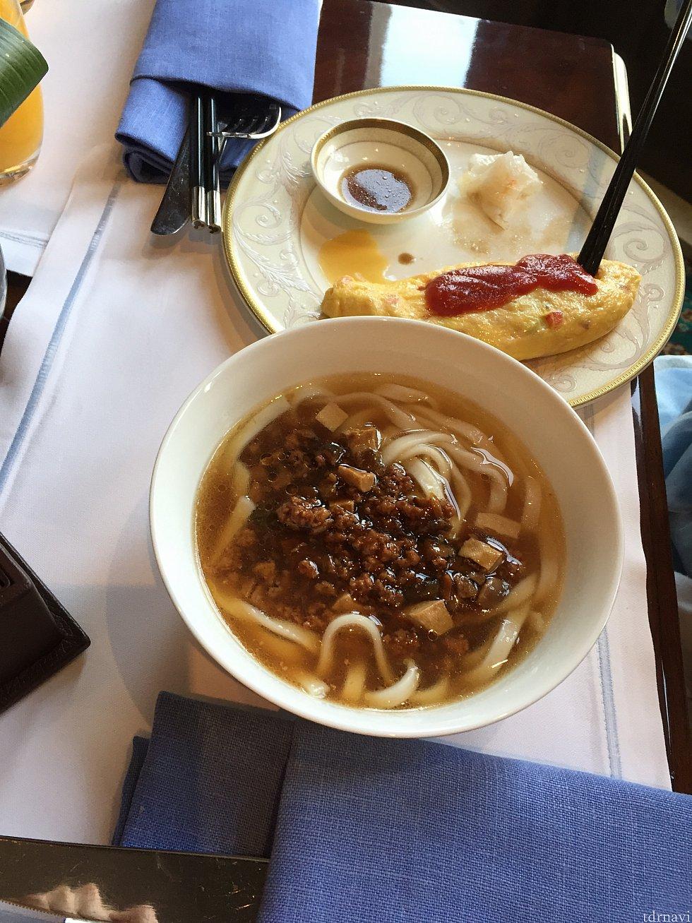 台湾式のお肉の入った麺。赤いきつねのきしめんみたいなお味