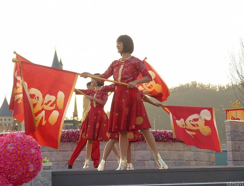旗を持ったダンサーが最初に登場します。