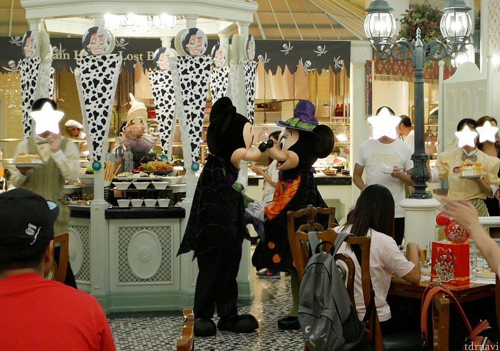 【誕生会】18時半くらいに音楽が変わり、合同のバースデーパーティが始まりました。キャストさんがケーキを持って登場!!!ミッキーミニーも来てくれました♪