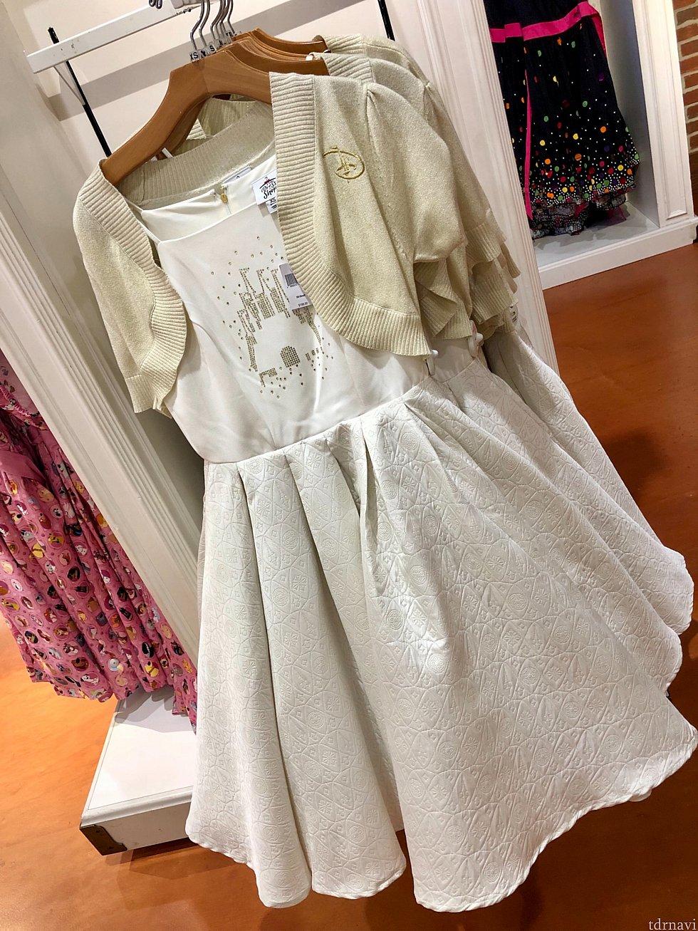 この色合いのドレスも清楚で良いですね。他のドレスと生地が違います。やはりいい記事を使っているからでしょうか、お値段が他より高くて$198。