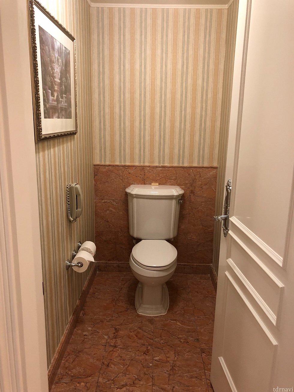 バスルームエリアに入って左側手前に2つめの御手洗