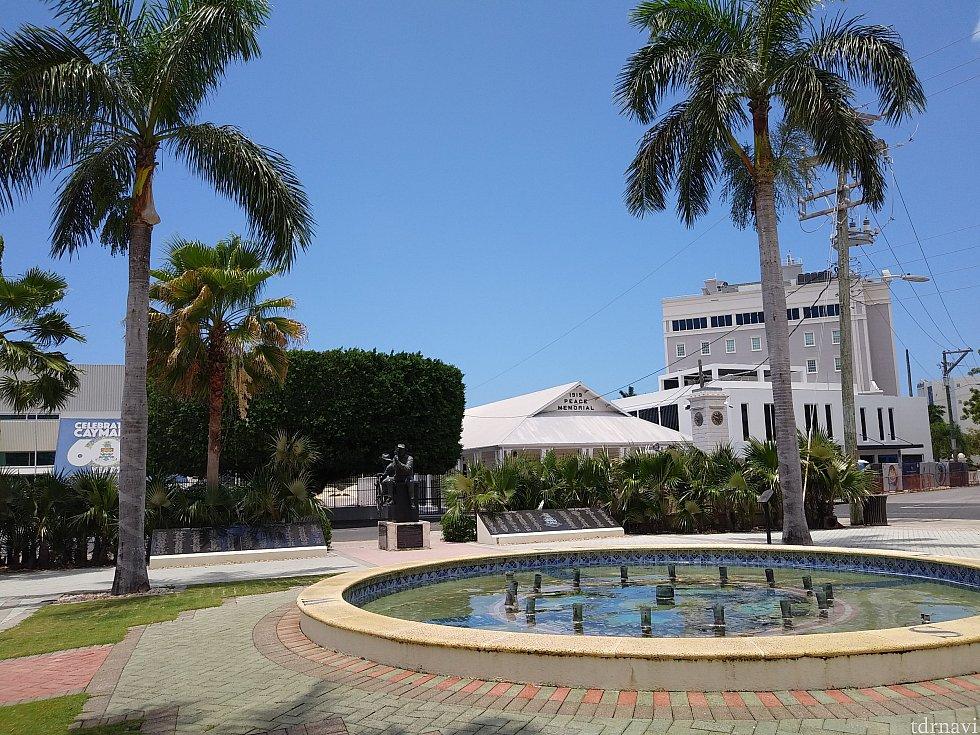 英雄広場(この周りに図書館と裁判所があります。)