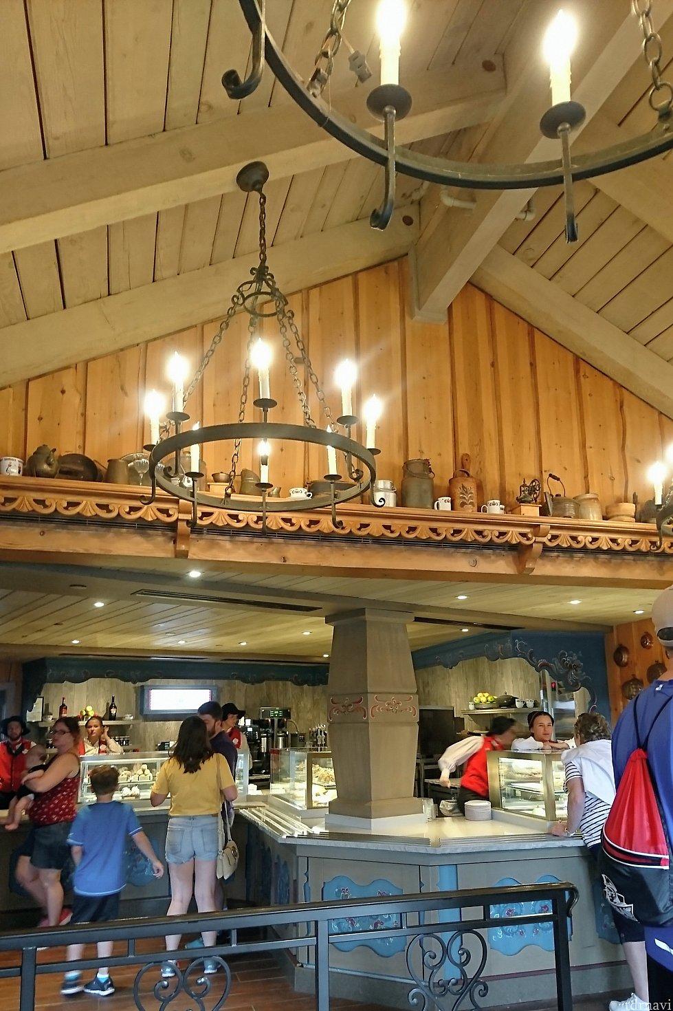 入り口は小さいのに、中に入ると天井が高い!そして船底の形!照明や小物が素敵です。