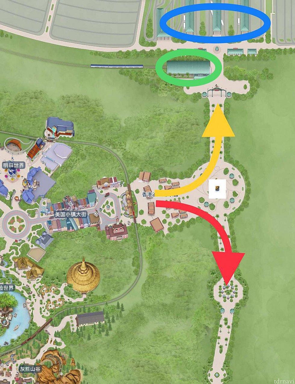 黄矢印はMTR、バスターミナル方面(青丸はバスターミナル、緑丸はMTRディズニー駅)。赤矢印はディズニーランドホテル方面。白角はクジラの上でサーフィンしているミッキーの噴水です。