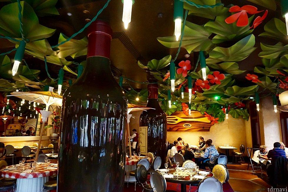 全てレミー達の目線です。照明はクリスマスランプ。アトラクションでも同じ飾り付けがされていました。