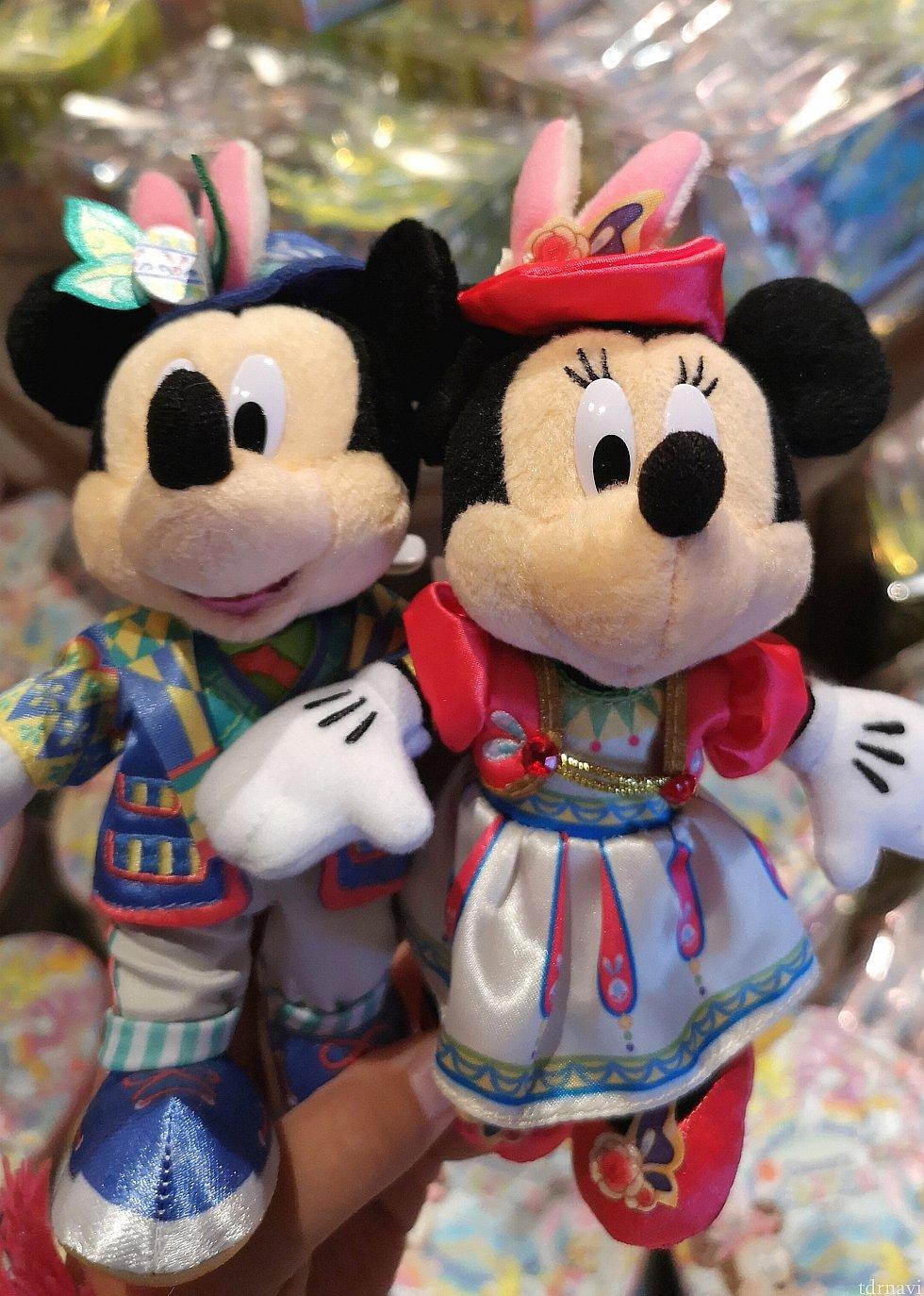 ミッキーとミニーちゃんのぬいぐるみバッジ、各1,700円。