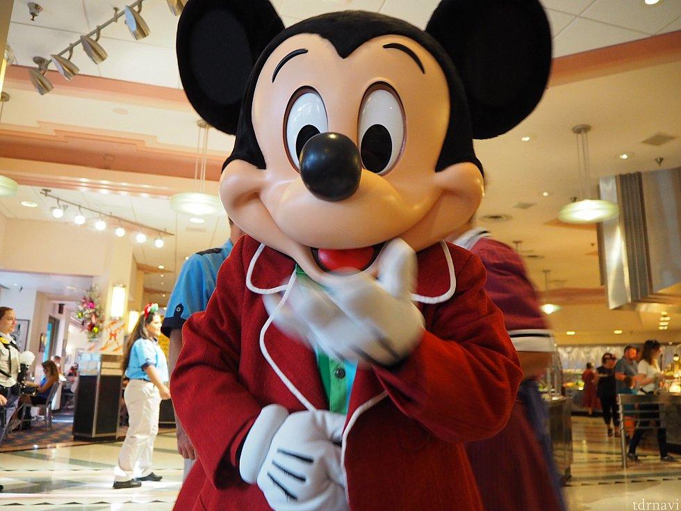 ミッキーはミニーと対になる赤スーツです♪