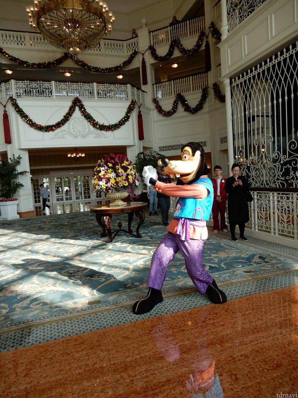 マスターグーフィーとの太極拳タイム。動きがかわいい(笑) ホテルのロビーでありました。