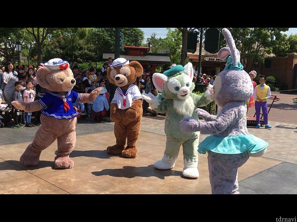 ダッフィー、シェリーメイ、ジェラトーニの順で歓迎の言葉を。写真はシェリーメイ