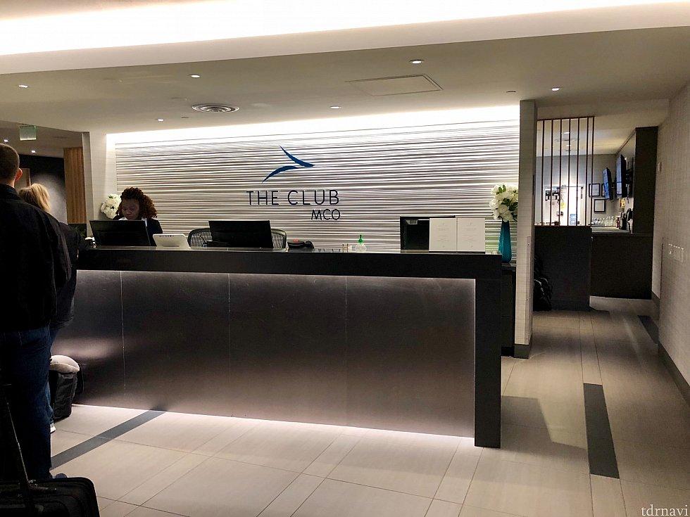 今回初めて、オーランドの空港ラウンジ「The CLUB」を出発前に利用しました。この日は朝6時からオープンと同時にラウンジに到着したので、少し列に並びました。