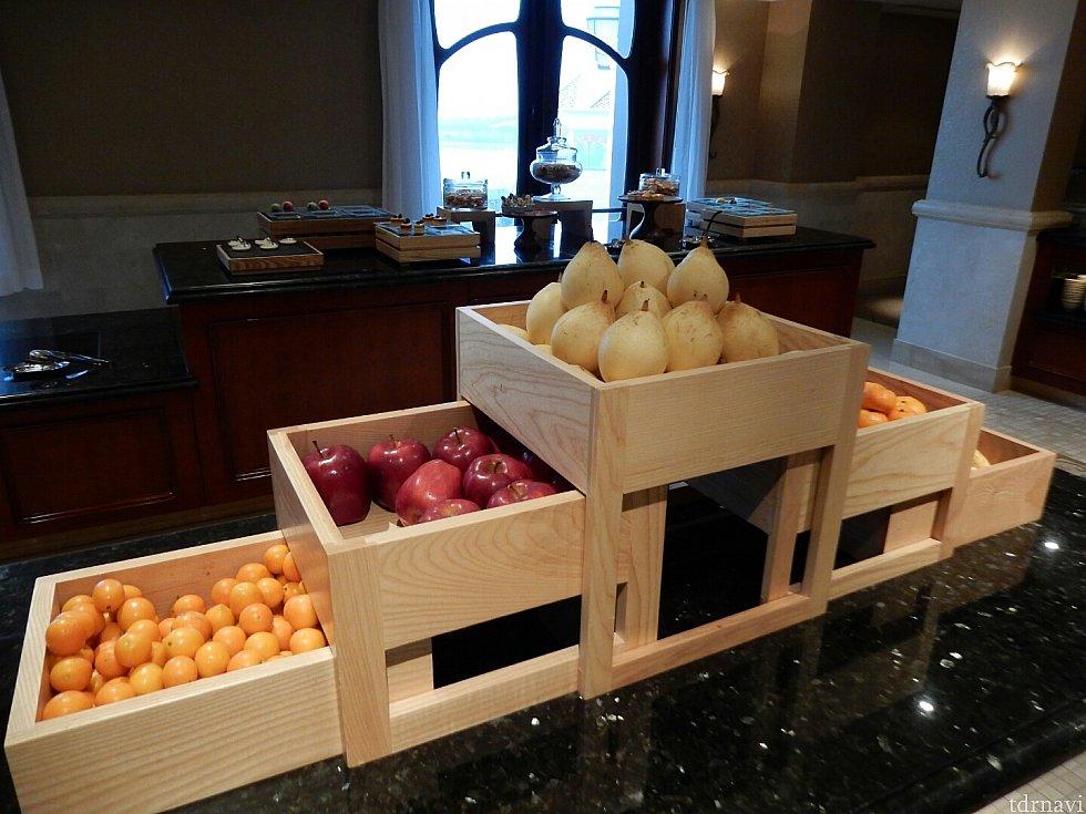 カットフルーツもあったので、これは飾り物だと思ってたフルーツたち。欧米の方がリンゴまるかじりしてて、食べられるんだぁ!とビックリ(゚д゚)笑