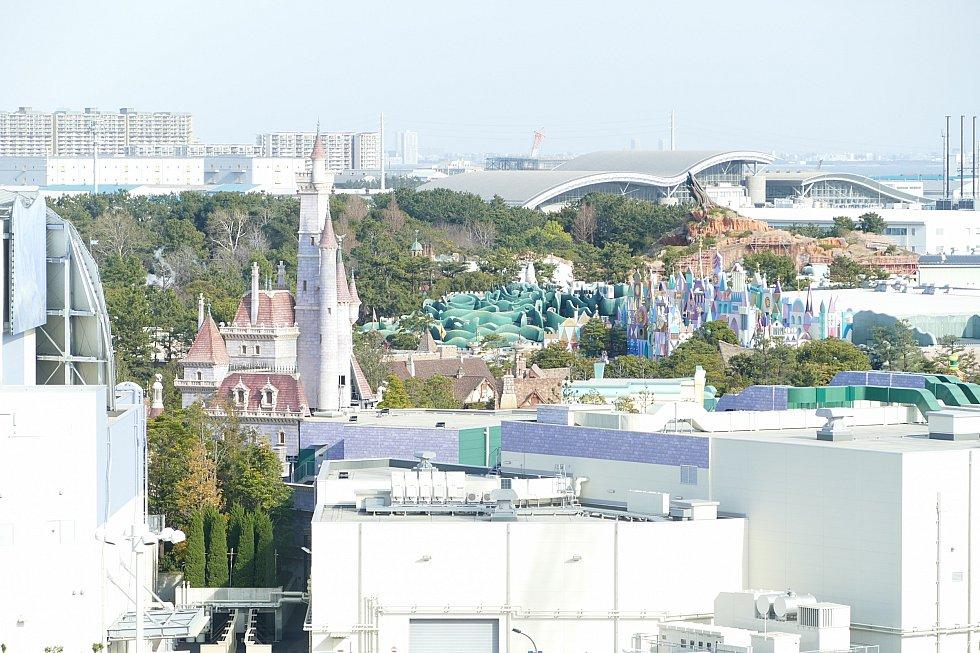 窓から見えるのは子供達大興奮のイッツァスモールワールドとアリスのレストラン<br> 野獣の城も見える〜!