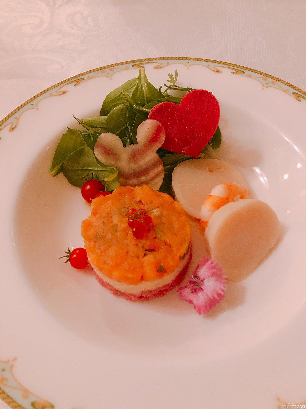 前菜:スモークサーモンとオルツォのガトー仕立て、帆立貝と海老のマリネ