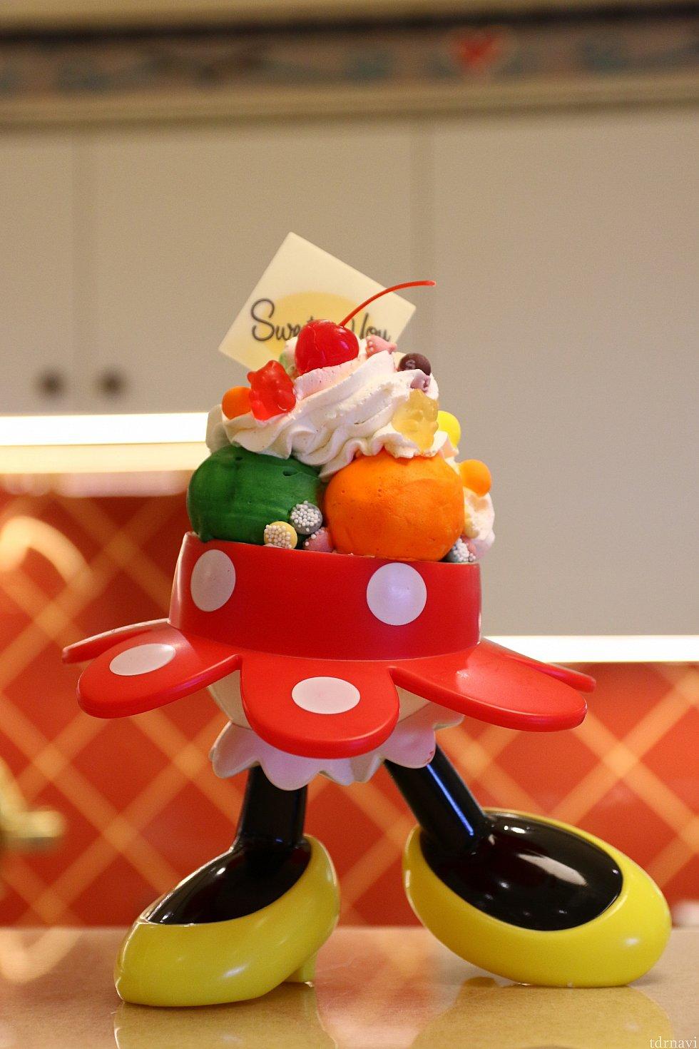 ミッキーとミニーのスーベニアが貰えるSignature Sundae  これは両方ともお店にあるサンプルです。