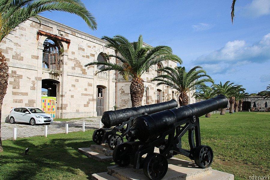 要塞も兼ねた王立造船所跡の一部はパブになっていました。