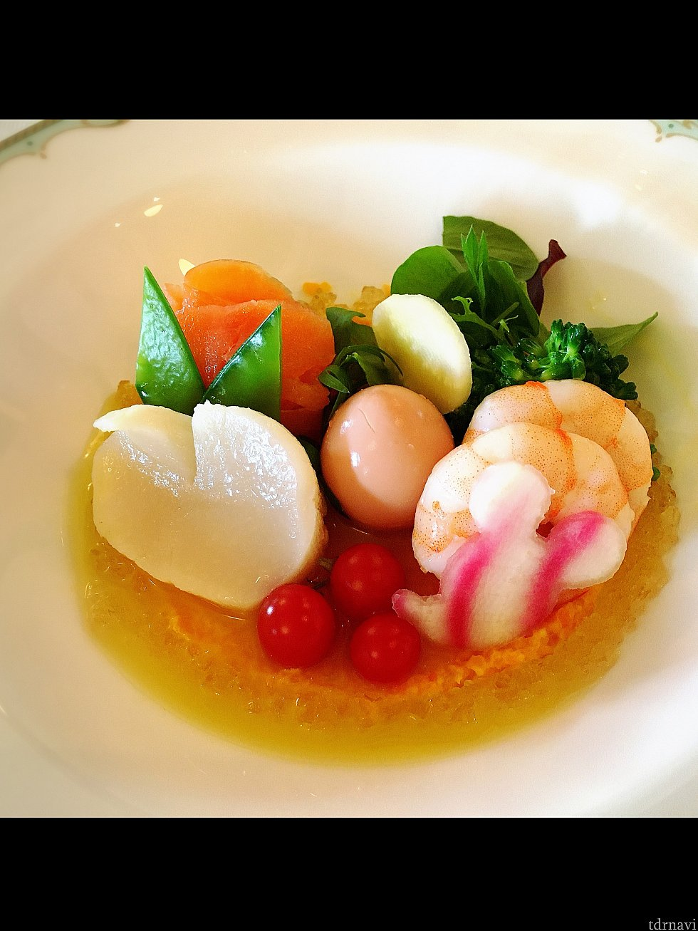 前菜の「シーフードマリネ モッツァレッラとエッグ」。左奥のサーモンと(見えていないけど)モッツァレラチーズでお花を表現しているそうです