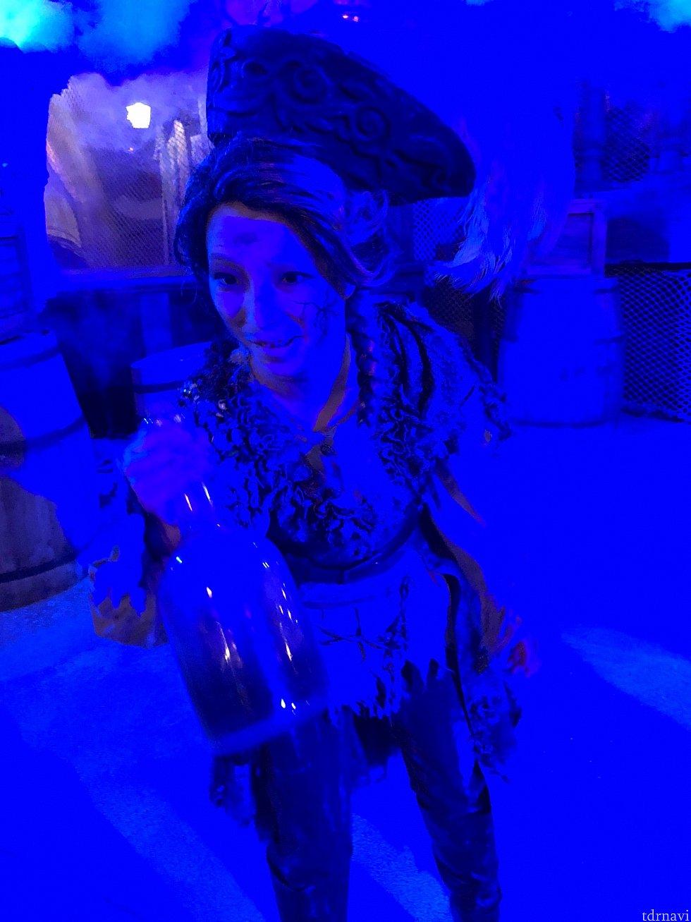 死者の酒を勧める女海賊