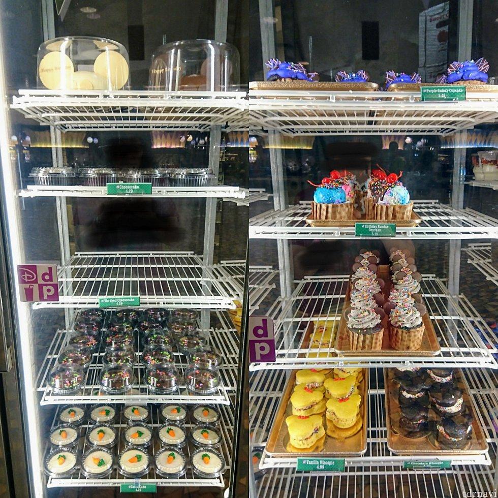 ケーキの棚。他にギリシャヨーグルト、フルーツとシリアル入りのヨーグルトパフェ等も。