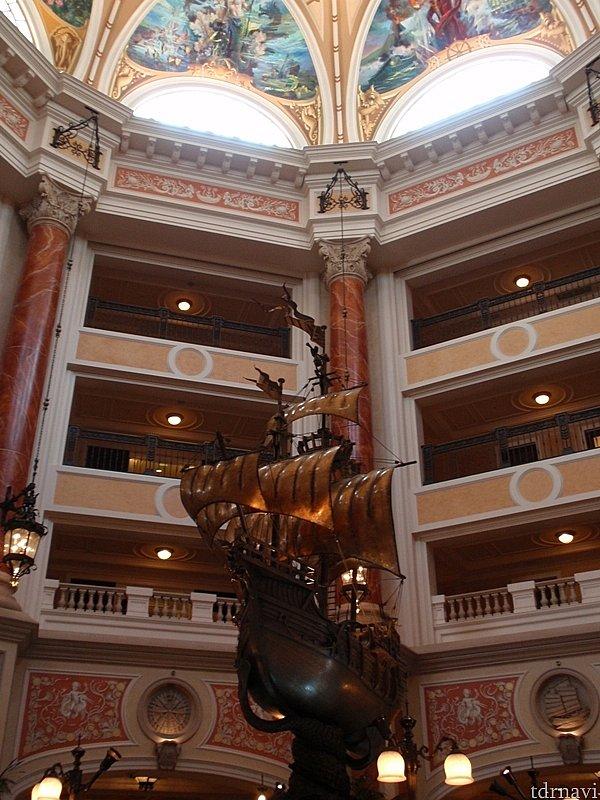 ロビー中央にはガリオン船のブロンズ像が。よく見るとキャラクターたちが乗っています
