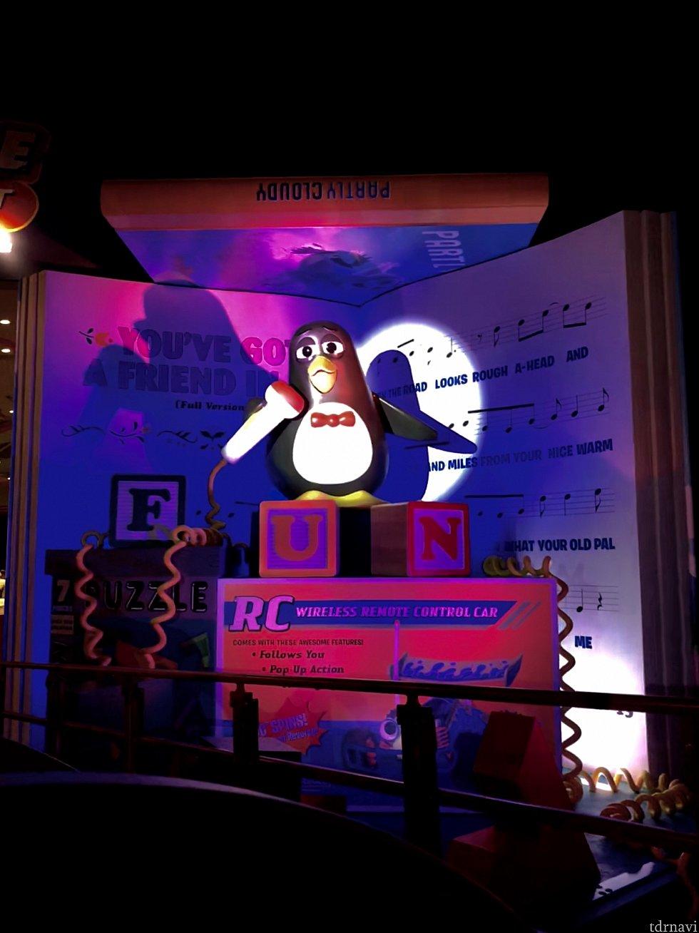 ポストショーとして映画にも出てきたウィージーペンギン君が'You've Got a Friend in Me' を歌ってくれているんです!夜は照明効果も際立ってとても印象に残りました。