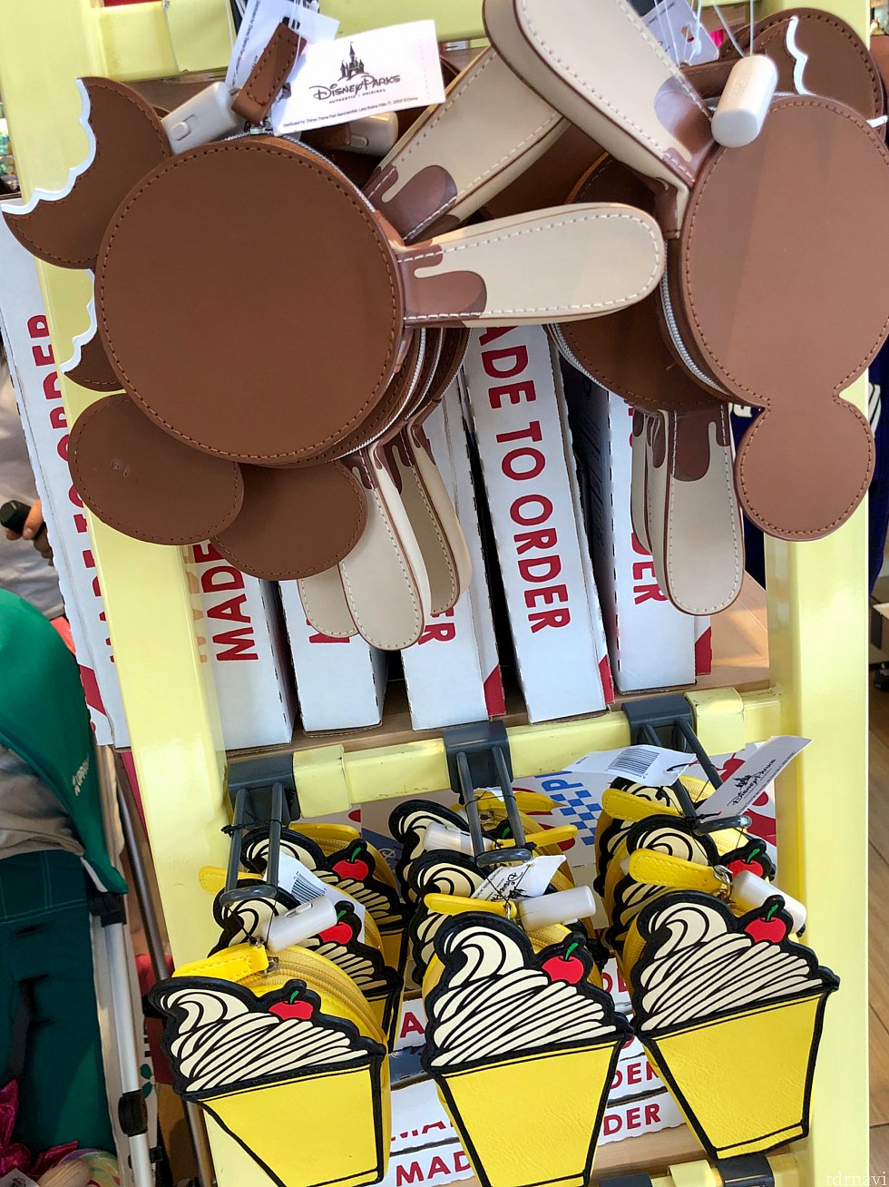 ミッキーシェイプアイスのジッパー付き小物入れ。$19.99