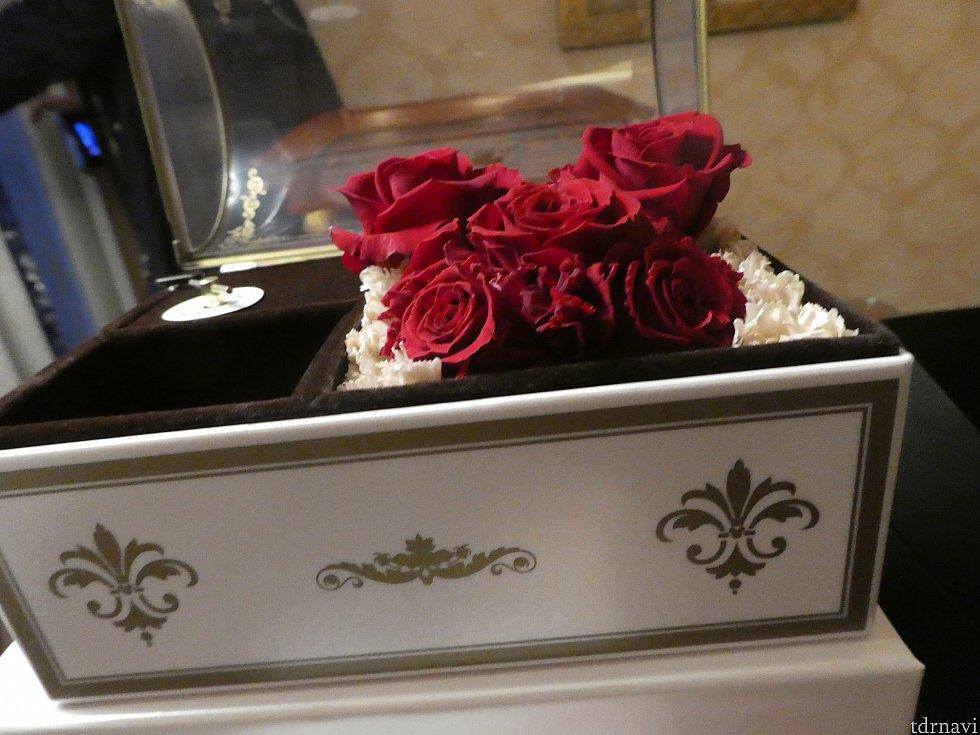 【A】たくさんバラを使っていてゴージャス!