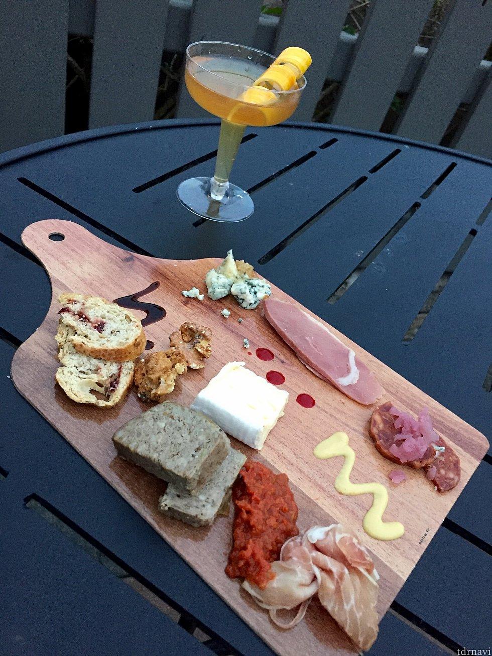 パレットに乗せられてチーズや生ハムなどの、Charcuterie Palette。鴨の胸肉の薫製や、ハチミツのかかったブルーチーズ、シュガーコーティングされたクルミなど、各アイテムが繊細で美味しいんです。