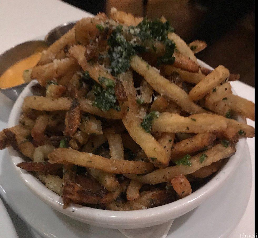 French fry。こちらもアメリカの少し高めのステーキハウスではおなじみのトリュフをまぶしたもの。 香りも良く美味しいです!
