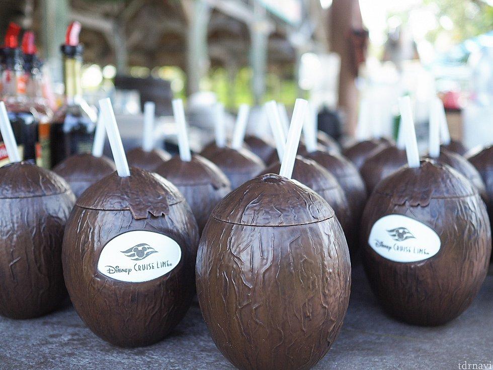 ココナッツ型のドリンクホルダー。 かなり悩みましたが荷物になるので買いませんでした。