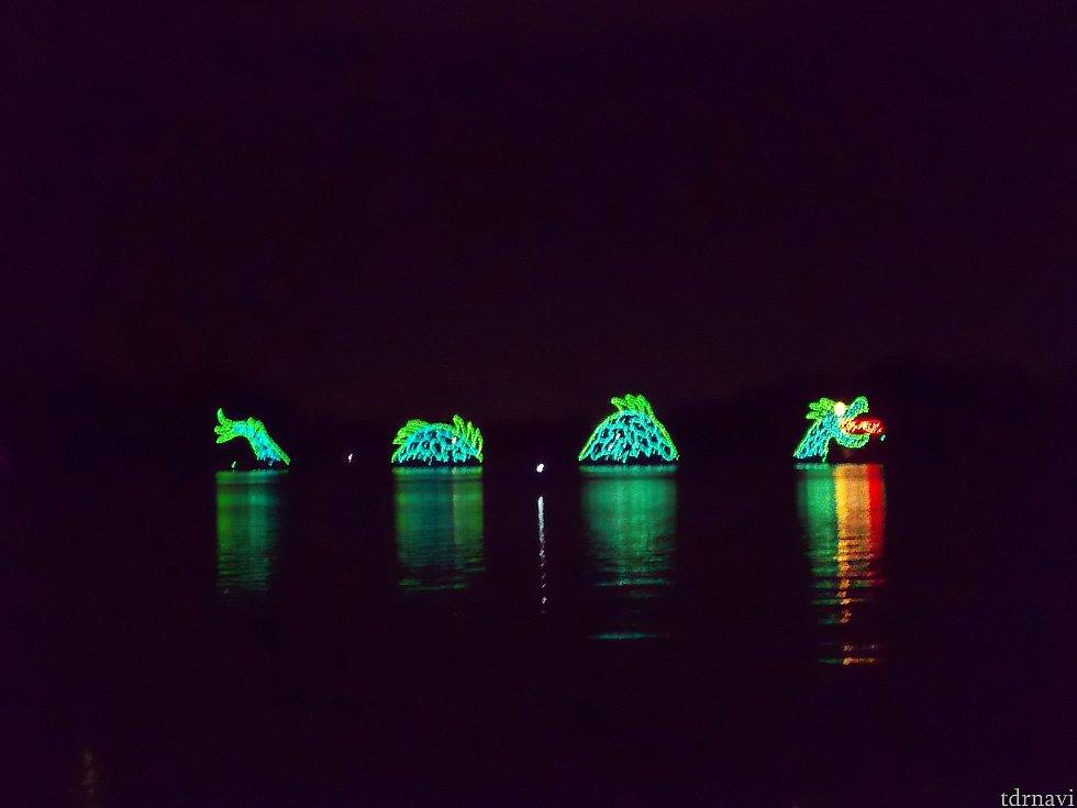 夜が更けてくると、マジックキングダムの前の湖「セブンシーズラグーン」で水上ショーが始まります。 ウォーターページェントは、エレクトリカルパレードの元となった伝統ある水上パレードです。