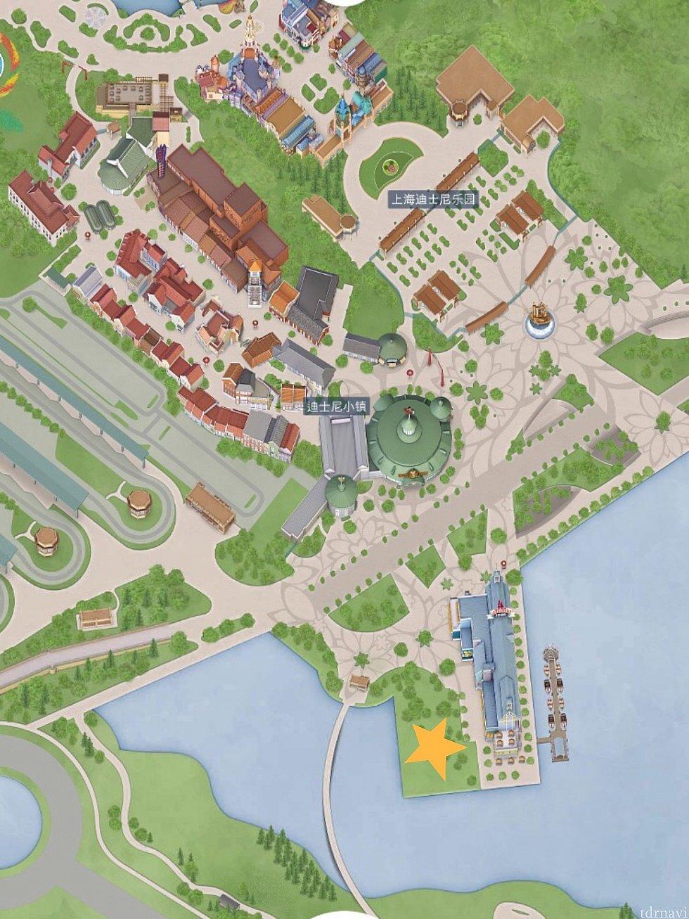 ディズニータウンの湖となり、☆印の湖畔広場。