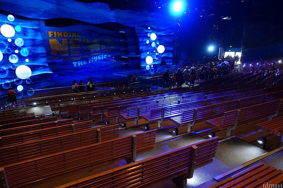 大型劇場なので前方席がオススメ。