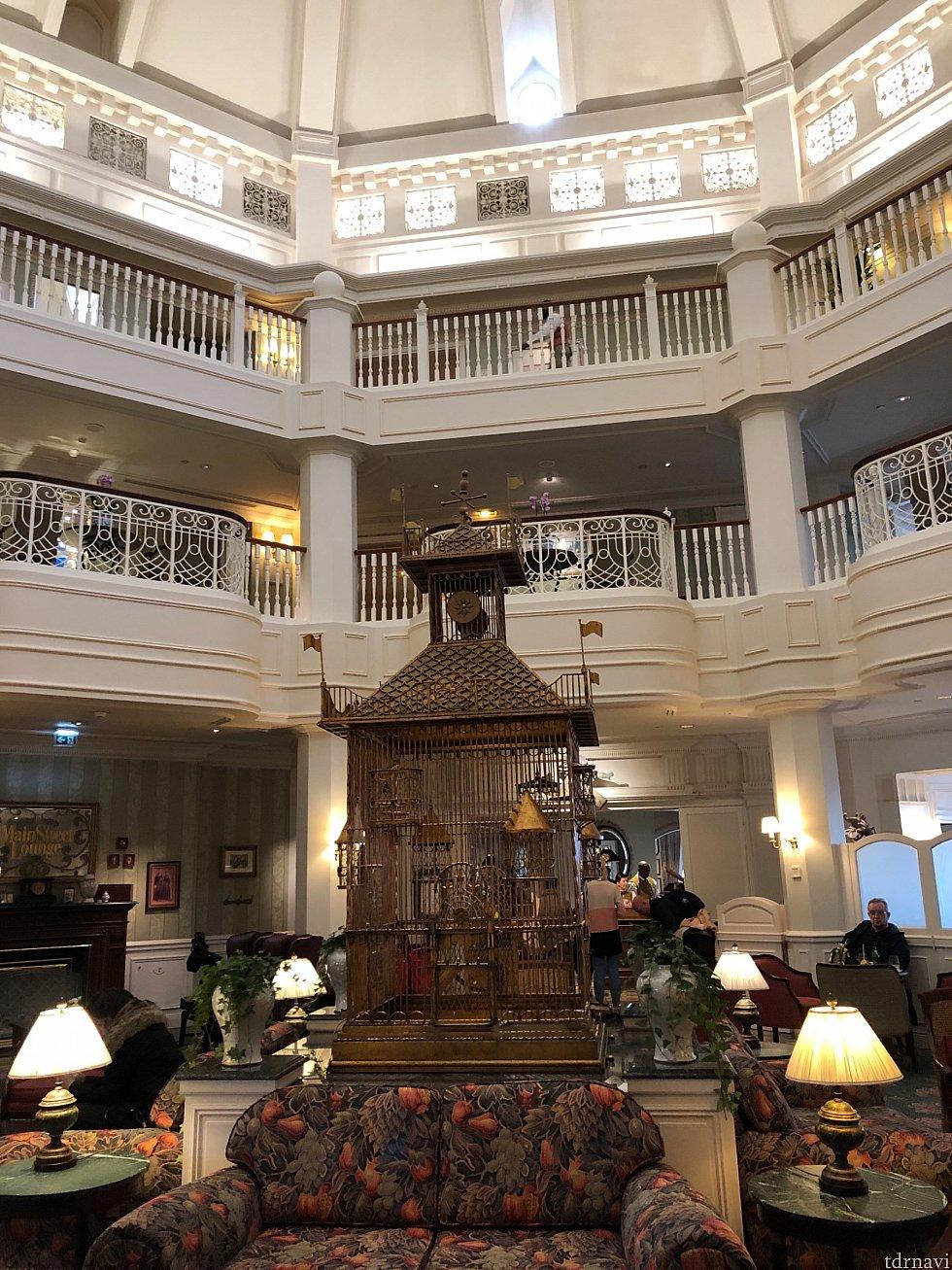 中に入ると、東京ディズニーランドホテルのエントランスの様な六角形な作りでした!