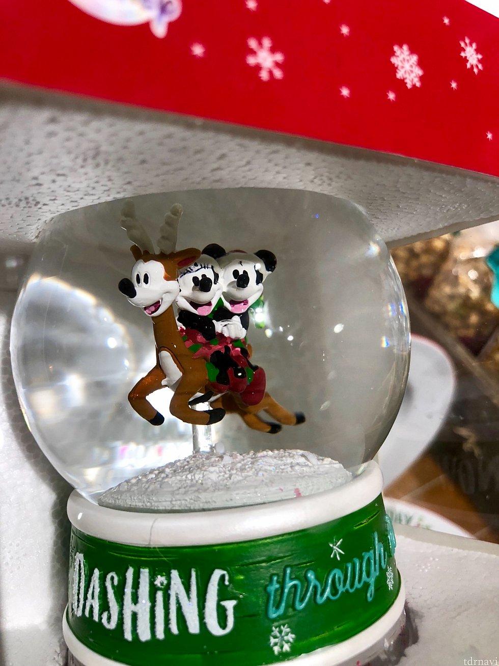 スノーボールはクリスマスが一番映えますね。レポ第1弾でご紹介したミッキーフェイスのトナカイ君が再登場です。$34.99