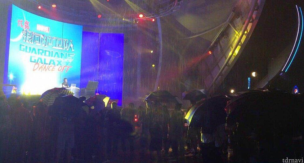 大雨のなか沢山のゲストが観ていました。みんなズブ濡れです😓